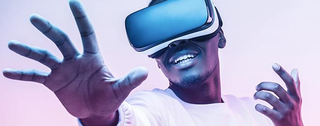 Jeune homme avec casque de réalité virtuelle