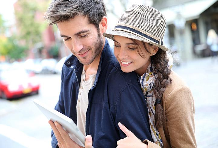 Jeune couple satisfait des services Coriolis Télécom